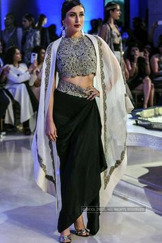 Kareena Kapoor showcases a creation by Anamika Khanna during the grand finale of the Lakme Fashion Week (LFW) Summer Resort held in Mumbai. Pakistani Dresses, Indian Dresses, Indian Outfits, Ethnic Fashion, Asian Fashion, Bollywood Fashion, Indian Bollywood, Bollywood Actress, Lakme Fashion Week