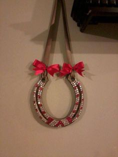 Bejeweled horseshoe. Great Christmas decorations for my house (;