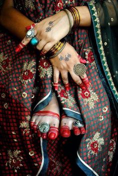 Traditional That Mesmerizes and Bengali culture is known for its vibrant and joyful appeal. Bengal combines the old and new Bengali Wedding, Bengali Bride, Desi Wedding, Indian Bridal, Bengali Food, Wedding Sari, Bengali Saree, Isadora Duncan, Bridal Looks