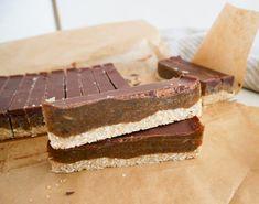 Opskrift på nemme og sunde karamelsnitter lavet med havregryn, dadler og chokolade. De er perfekte som en sund aftensnack eller eftermiddagssnack.