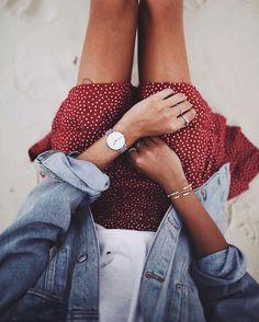 Entre jupette à pois et veste en jean clair, ce look nineties a tout pour plaire (photo Andy Csinger)