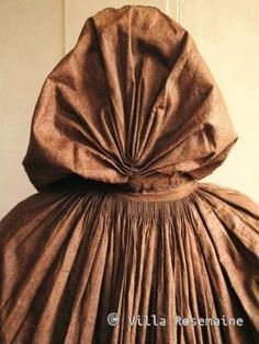 Detail rear view, cape, France (Provence), late 18th century. Indian chintz, an ice percale tone on tone of fine mesh green blister cartridges to oblique lines imitating the weaving twill and at bottom of lace. Generous ruched finely pleated 18 cm all around the cape and hood.