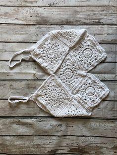 Crochet Boho Beach Top – Free Pattern Knitting TechniquesCrochet For BeginnersCrochet ProjectsCrochet Ideas Crochet Halter Tops, Motif Bikini Crochet, Crochet Summer Tops, Easy Crochet, Free Crochet, Knit Crochet, Crochet Hippie, Boho Crochet Patterns, Tops Boho