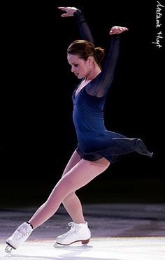 Sasha Cohen always had the most beautiful & elegant costumes Pairs Figure Skating, Figure Skating Competition Dresses, Dance Project, Skate Art, Ice Skaters, Ice Dance, Ice Princess, Figure Skating Dresses, Gymnastics
