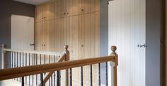 Om alles mooi en harmonieus samen te laten horen, werden alle eiken deuren met dezelfde olie als de trap en parket behandeld. (Realisatie: Eddy De Prins - houten buiten- en binnenschrijnwerk)