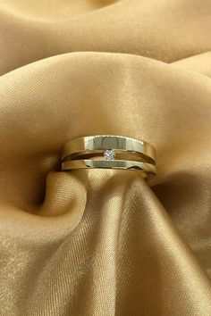 Diamonds can be a man's best friend, too! This men's wedding band in gold features a beautiful solitaire diamond. It's the perfect men's wedding ring for any stylish, classy man.