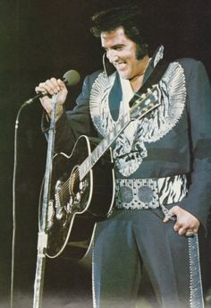 hi i am an elvisfan almost whole my life. sit back and enjoy these wonderfull pictures of the most handsome man there was in this world Rare Elvis Photos, Elvis Presley Photos, Elvis Guitar, Young Elvis, Elvis In Concert, You're Hot, People News, Popular Shows, Idole