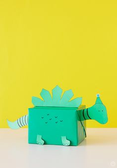 Kids gift wrap idea: present wrapped in green paper with attachments to make it look like a dinosaur. Creative Gift Wrapping, Present Wrapping, Creative Gifts, Birthday Gift Wrapping, Christmas Gift Wrapping, Gift Wrapping Ideas For Birthdays, Birthday Box, Birthday Gifts For Kids, Friend Birthday