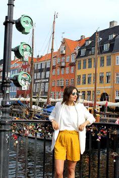 Copenhagen Nyhavn: Selected Femme Shorts, Aldo Sneakers und weiße Zara Bluse