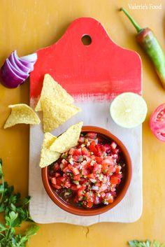 SALSA MEXICANĂ DE ROȘII (PICO DE GALLO) I Rețetă + Video – Valerie's Food Nachos, Meals, Quesadillas, Ethnic Recipes, Food, Mexican Dips, Pico De Gallo, Mexican, Meal