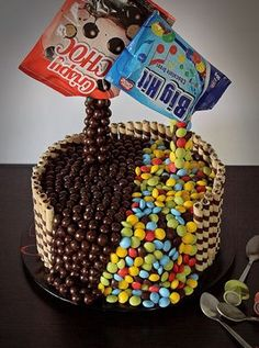 Tort anti-gravitatie (Tort de ciocolata) Birthday Cake, Desserts, Food, Tailgate Desserts, Deserts, Birthday Cakes, Essen, Postres, Meals