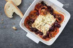La feta al forno è un saporito piatto vegetariano tipico della cucina greca, arricchito con pomodori, cipolle, olive e origano!