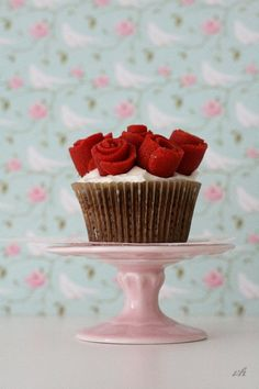 Pretty Rose Valentines Day Cupcakes. - popcakery.com