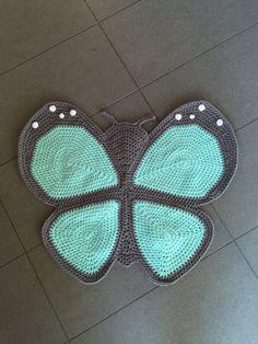 Alfombra mariposa de ganchillo por PeanutButterDynamite en Etsy