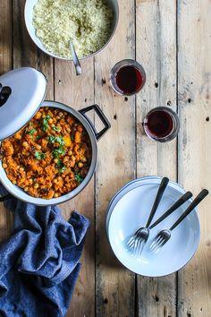 Marokkansk mad er krydret og smager fantastisk. Prøv en marokansk vegetar ret med græskar, kikærter og masser af krydderier. Find opskrift her