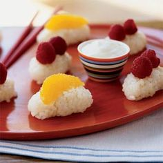 Sushi for Kids: Coconut Frushi Recipe. Frushi, or fruit sushi is made with oranges and raspberries for topping on coconut rice. Sushi Recipes, Fruit Recipes, Dessert Recipes, Healthy Recipes, Healthy Sweets, Recipies, Fruit Sushi, Kid Sushi, Jai Faim
