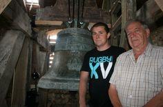 08/2014, Villette-sur-Ain. Les cloches sonnent de nouveau... et trois fois par jour. L'Association pour la restauration de l'église de Villette (Arev) en rêvait, la municipalité s'ensouciait, les campanistes de l'entreprise Bodet l'ont  fait : depuis jeudi, l'angélus raisonne de nouveau à Villette. http://www.leprogres.fr/ain/2014/08/10/les-cloches-sonnent-de-nouveau-et-trois-fois-par-jour