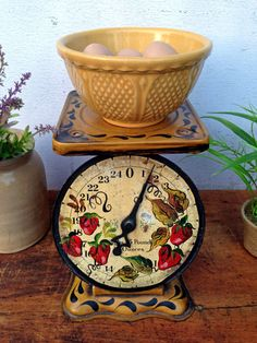 Love this vintage scale! Hoping to find one! Apple Kitchen Decor, Vintage Kitchen Decor, Red Kitchen, Farmhouse Kitchen Decor, Country Kitchen, Strawberry Kitchen, Strawberry Recipes, Red Cottage, Cozy Cottage