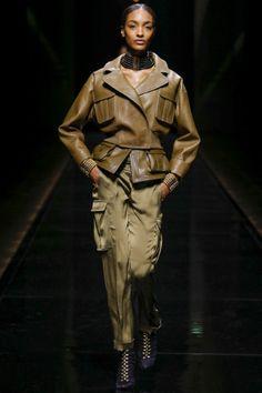 Guarda la sfilata di moda Balmain a Parigi e scopri la collezione di abiti e accessori per la stagione Collezioni Autunno Inverno 2014-15.