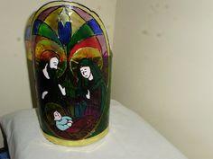 Un farol de la Sagrada Familia elaborado en cartón y plástico reciclado.