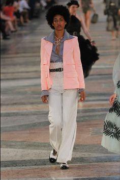 Sfilata Chanel Havana - Pre-collezioni Primavera Estate 2017 - Vogue
