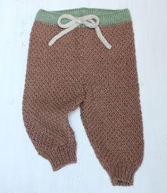 Oh at være så lille, at man kan have sådan et par bløde bukser på uden at tænke på, om man ser for tyk ud! De er strikket i en blanding af tussah-silke og den blødeste merinould, så de er 100 % kradsefri. Bare bløde og lune. Du kan strikke dem til de mindste fra ca. 3 måneder og op…