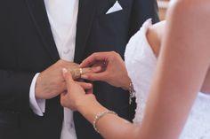 Ringtausch: Der Ringtausch ist eine Schlüsselstelle jeder Hochzeit – hier schön in Szene gesetzt mit der angedeuteten Silhouette der Braut (Canon EOS 5D MkII   70 mm   ISO 500   f/2,8   1/125 s). Foto: Christopher Przybilla