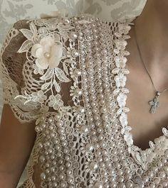 Delicadeza!! ✨ #schmidtsisters #blusarenda #luxo #detalhes #bordado #perolas