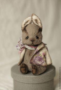 Купить или заказать Гарри и Оливер в интернет-магазине на Ярмарке Мастеров. Участники выставки Hello Teddy. Зайки сделаны из вискозы. Внутри синтепух и стальной гранулят, в лапках каркас - они могут гнуться) цена указана за одного зайку. Rabbit Art, Rabbit Toys, Bunny Toys, Bunnies, 1930s Cartoons, Miniature Rabbits, Teddy Toys, Felt Toys, Stuffed Toys Patterns