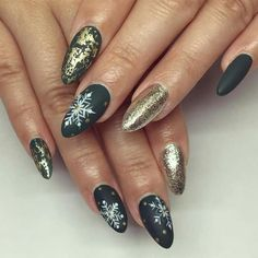 If you are getting ready for the holidays by painting a winter wonderland on your nails, these Cutest Christmas Nail Art DIY Ideas will surely give you a cheerful Christmas season this year. Cute Christmas Nails, Xmas Nails, Holiday Nails, Christmas Wreaths, Nail Art Hacks, Nail Art Diy, Easy Nail Art, Winter Nail Art, Winter Nails