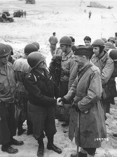 Le général Leclerc, commandant de la 2è DB et son état-major sont accueillis à leur arrivée sur la plage d'Utah Beach par le Maj. Gen. Walton H. Walker, commandant du XX US Corps.