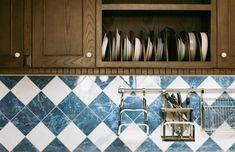 12 Modern Kitchen Floor Tile Ideas for a Pretty Space in 2019 Modern Kitchen Flooring, Kitchen Pictures, Kitchen Flooring, House Interior, Sustainable Kitchen, Living Room Decor Modern, Minimalist Kitchen, Affordable Kitchen Cabinets, Modern Kitchen Tile Floor