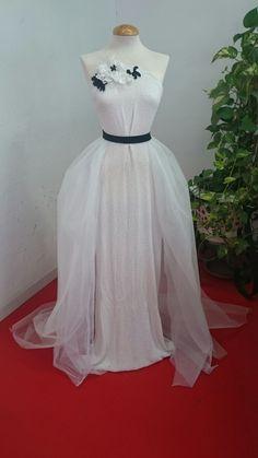 La tela del cuerpo del vestido, se llama ESCATRÓN y es de venta exclusiva en tienda. El TUL de la falda también lo encontrarás en la web