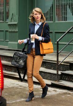 Taylor Swift — Five Stars — Vogue.com - TAYLOR SWIFT TIENE UN GATO!!! Ya, morí. Ella es el ser más cool de la tierra #SoyFanDeTaylorYNoMeDaPenaDecirlo