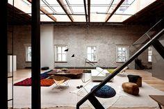 SoHo loft gets an inspiring new look - 1 Kind Design Build My Own House, Warehouse Living, Soho Loft, New York Loft, White Wash Brick, Loft Studio, Floor Seating, Industrial House, Industrial Interiors
