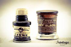 Antigos frascos de tinta de escrita.