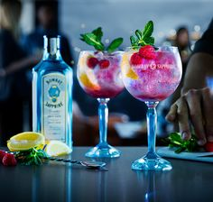 Raspberry Lemon Twist | A step-by-step guide to making a Raspberry Lemon Twist - a refreshing twist on Bombay Sapphire & Tonic | 50ml Bombay Sapphire | 100ml Premium tonic water | 1 Large lemon wedge | | 15ml Raspberry liqueur | Raspberries and a fresh mint sprig to garnish