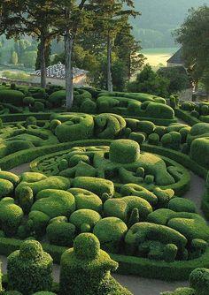 Les Jardins de Marqueyssac: Perigord, France Can this be real? Topiary Garden, Garden Art, Formal Gardens, Outdoor Gardens, Hanging Gardens, Amazing Gardens, Beautiful Gardens, Landscape Architecture, Landscape Design