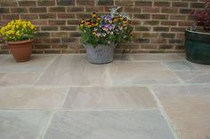 Autumn Brown natural Indian sandstone paving slabs are hand split to give a riven surface. Autumn Brown paving displays predominant tones of brown to grey brown. Patio Slabs, Cement Patio, Wood Patio, Patio Stone, Gravel Patio, Patio Bar, Patio Roof, Sandstone Paving Slabs, Paving Stones