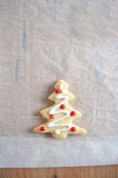 Biscotti Albero di Natale decorato in Ghiaccia 2 -Ricetta Biscotti natalizi decorati - Biscotti di natale decorati