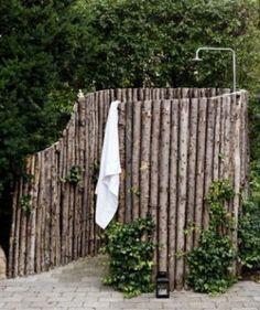 Als Einfassung für eine schicke und praktische Außendusche von www.wellness-stock.de/Gartendusche garden shower by Betti