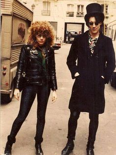 Poison Ivy and Lux Interior of The Cramps, taken in 1981 outside a gig…in daylight! Bret Michaels, Pop Rock, History Of Punk, Ivy Look, 70s Punk, The Cramps, Into The Fire, New Wave, Rockn Roll