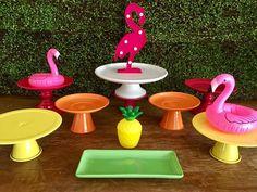 Kit Festa FLAMINGO (10 PEÇAS) - LOCAÇÃO!!! Este kit é composto pelas seguintes peças: - 01 Luminoso Flamingo (30 cm de altura) - 02 Flamingos inflável - 01 Abacaxi decorativo - 01 Porta bolo branco em porcelana (30cm de diâmetro) - 02 Porta doces Pink em porcelana M (22,5 cm de diâmetro...