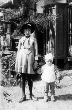 taishou-kun:  Young Japanese Modern girl (Moga) and brother - 1920s