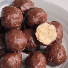These vegan Chocolate Coconut Balls are made with simple ingredients that come together in a delicious and sweet dessert that tastes like Almond Joy bar. Vegan Desserts Easy Snacks Chocolate Coconut Balls via Desserts Végétaliens, Sweet Desserts, Sweet Recipes, Dessert Recipes, Coconut Desserts, Cake Recipes, Almond Joy, Almond Flour, Vegan Sweets