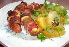 Füstölt sajtba és baconbe tekert virsli gombaágyon