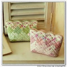 I wish I could translate this.Vanecroche e patch: Necessaire patchwork com molde Bag Quilt, Patchwork Quilt, Patchwork Bags, Quilted Bag, Quilts, Fabric Purses, Fabric Bags, Fabric Crafts, Sewing Crafts