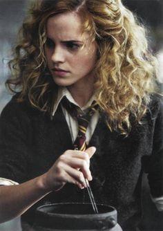 Emma Watson as Hermione in Harry Potter - Hogwarts uniform Hermione Hair, Severus Hermione, Ginny Weasley, Hermione Cosplay, Draco Malfoy, Hermione Granger Drawing, Hermione Granger Funny, Hermione Granger Costume, Bellatrix