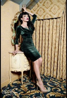 Deadly Dames Film Noir Dress in Emerald Green Velvet.  Waah this dress is soo dangerous. Love it.