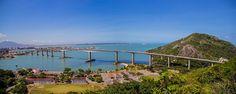 A Terceira Ponte, oficialmente Ponte Deputado Darcy Castello de Mendonça, liga as cidades de Vitória e Vila Velha, no Espírito Santo. Foi a maior obra já realizada no estado e uma das maiores do Brasil, tornando-se um dos cartões-postais das duas cidades e do estado. O primeiro pilar da Terceira Ponte foi concretado em 1978, durante o governo de Élcio Álvares e foi concluída em 1989, no governo de Max Mauro. A ponte iniciou operando com 12 mil carros por dia, e em outubro de 1992 já eram…